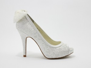 Allure Bridals Ivory Lace and Bow Accent Size US 9.5 Regular (M, B)