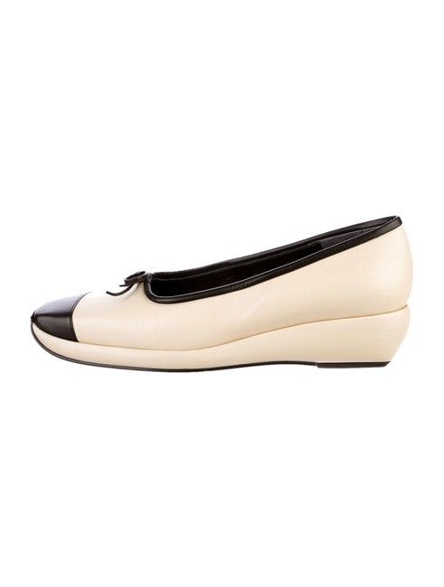 Item - Cream/Black Classy Heels Loafers Wedges Size US 6