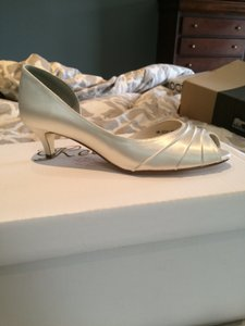 Touch Ups Ivory Satin Shiny Low Pump Formal Size US 8 Regular (M, B)