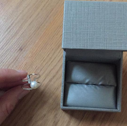 Silver ring with a high quality pearl Image 1