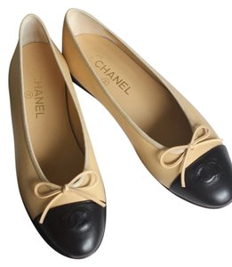 Chanel Vintage Classic Chic Casual Beige / Black Flats