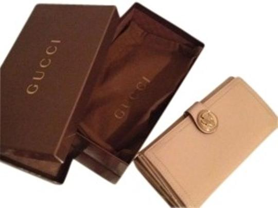 Preload https://item1.tradesy.com/images/gucci-beiges-clutch-127515-0-0.jpg?width=440&height=440
