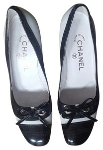 Chanel Vintage black and white Pumps