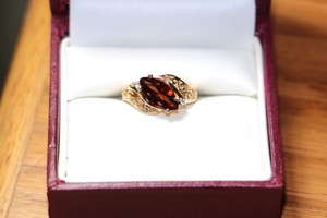 10K YELLOW GOLD RING WITH RED/BROWN STONE