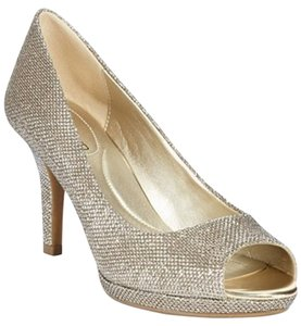 Bandolino Peep Toe Dressy Embossed Champagne/gold glamour Pumps