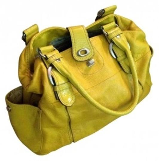 Preload https://img-static.tradesy.com/item/129000/london-fog-yellow-paten-leather-shoulder-bag-0-0-540-540.jpg