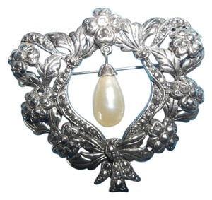 Antiqued Silver Finish Wreath w/ Pearl