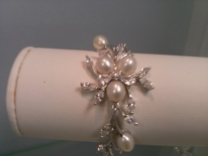 Chic Crystals And Fresh Water Pearls Bridal Bracelet