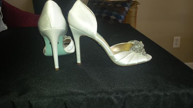 Item - White Peep Toe Jeweled Formal Size US 7.5 Regular (M, B)