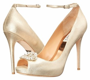Badgley Mischka Platform Pump Platino Metallic (Gold) Pumps