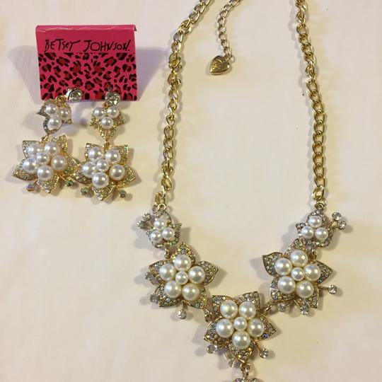 Preload https://img-static.tradesy.com/item/13068376/betsey-johnson-gold-tone-off-white-crystals-jewelry-set-0-0-540-540.jpg