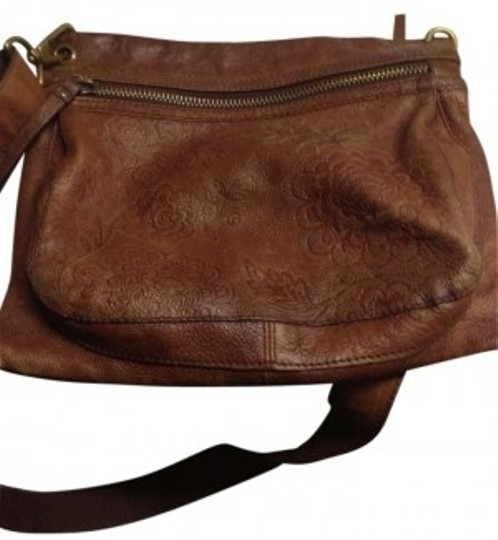 Preload https://item4.tradesy.com/images/fossil-leather-cross-body-bag-131023-0-0.jpg?width=440&height=440