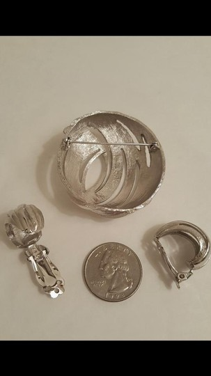 Round Abstract Silver Tone Brooch and Earring Set Vintage Round Abstract Silver Tone Brooch and Earring Set