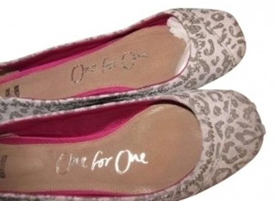Preload https://item2.tradesy.com/images/toms-grey-leopard-rare-ballet-flats-size-us-8-133571-0-0.jpg?width=440&height=440