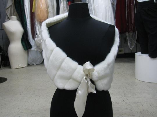 Preload https://item2.tradesy.com/images/ivory-faux-fur-mink-wrap-size-med-1337016-0-0.jpg?width=440&height=440