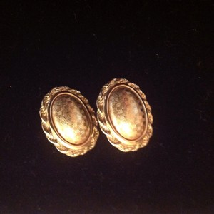 MONET VINTAGE MONET GOLD EARRINGS