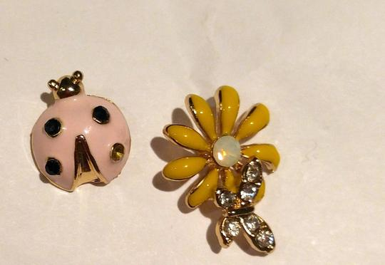 Other New Lady Bug Daisy Stud Earrings Gold Tone Flower J2259 Image 1