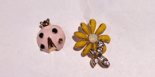 Other New Lady Bug Daisy Stud Earrings Gold Tone Flower J2259 Image 4