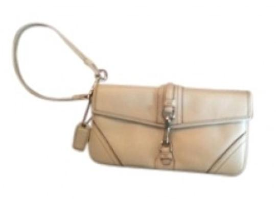 Preload https://item5.tradesy.com/images/coach-white-leather-wristlet-134469-0-0.jpg?width=440&height=440
