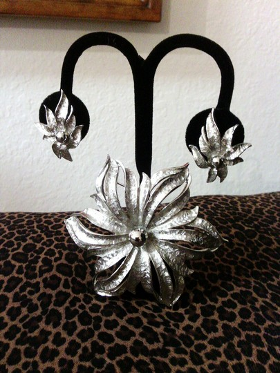 Brushed Silver Tone Flower Brooch and Earring Set Vintage Brushed Silver Tone Flower Brooch and Earring Set