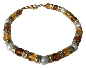 14K YELLOW BRACELET WITH BEIGE, WHITE AND GOLD BEADS
