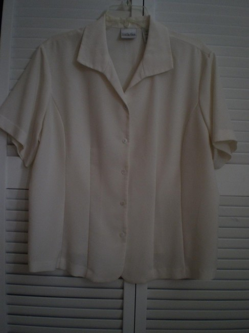 Preload https://item4.tradesy.com/images/liz-claiborne-cream-short-sleeved-blouse-size-18-xl-plus-0x-136433-0-0.jpg?width=400&height=650