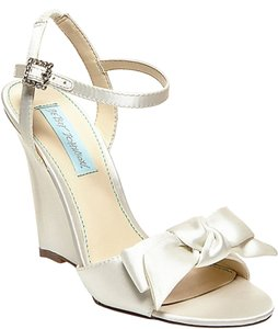 Betsey Johnson Blue By Daysi white Wedges