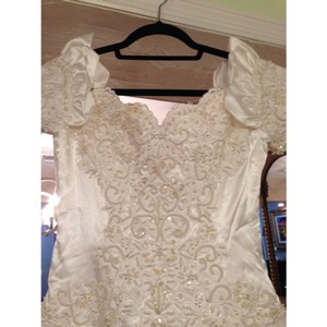 White Polyester Enzio Feminine Wedding Dress Size 4 (S)