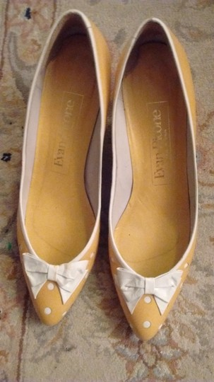 Evan Picone Made In Spain Leather Yellow with white bows and white accents Pumps Image 1