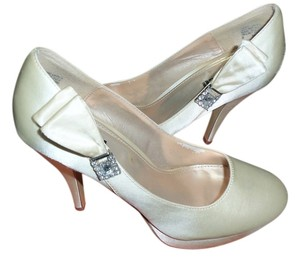 Unlisted by Kenneth Cole cream Pumps