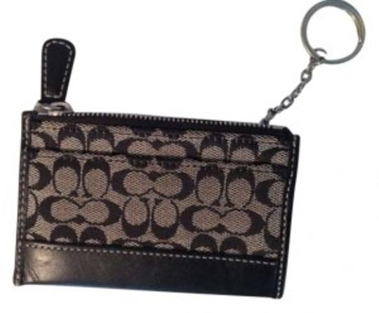 Preload https://item4.tradesy.com/images/coach-black-with-keychain-wallet-140178-0-0.jpg?width=440&height=440