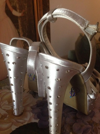 Chinese Laundry Silver/Platinum Amazing and Unique Pumps Size US 7.5 Regular (M, B)