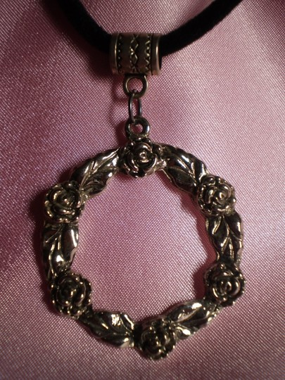 Other Like new rose wreath necklace