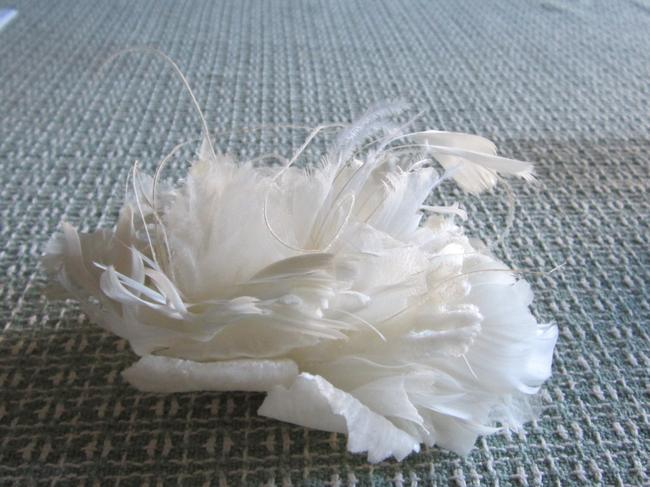 Item - Ivory Blossom Burst Hairpin Comb Hair Accessory
