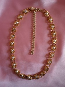 Unknown Like new goldtone & faux pearl necklace