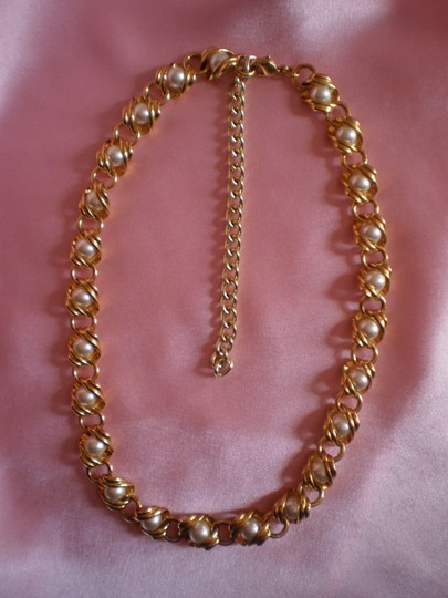 Preload https://img-static.tradesy.com/item/143548/like-new-goldtone-and-faux-pearl-necklace-0-0-540-540.jpg