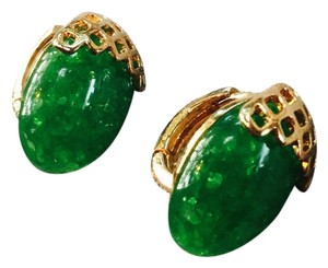 Beautiful green marble stone set in crisscross gold tone setting earrings