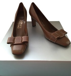 Salvatore Ferragamo Vintage Nwot Leather Classic Classy Heels Brown Pumps