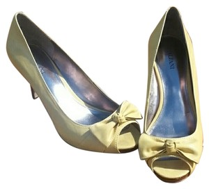 ALFANI Yellow Pumps