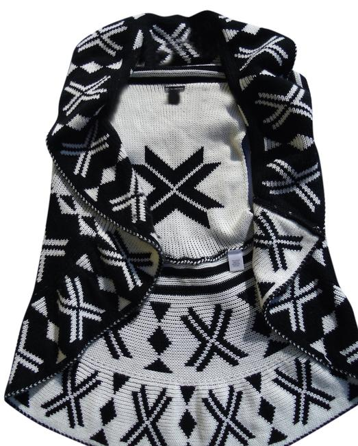 Preload https://img-static.tradesy.com/item/1468846/new-directions-black-and-white-mosaic-cardigan-size-12-l-0-0-650-650.jpg