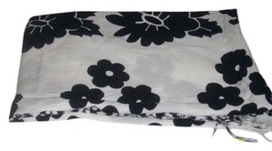 Other Pre Owned 100% Viscose White Black Rose Prints Patterns Scarf