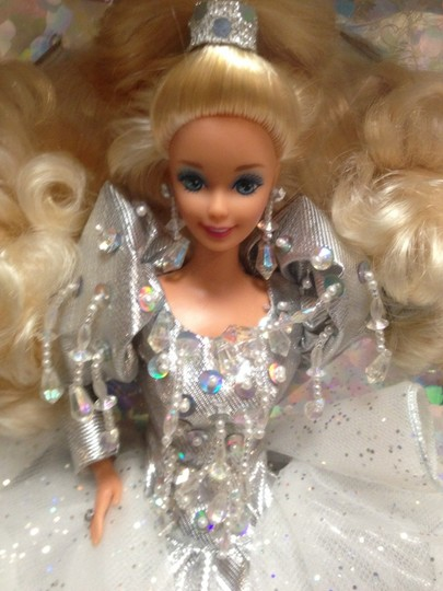 Mattel REDUCED! BARBIE HAPPY HOLIDAYS 1992 SPECIAL EDITION.