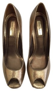 Report Signature Peep Toe gold Pumps