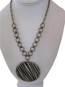 Unknown ROUND MEDALLION ZEBRA STRIPED PENDANT BRASS NECKLACE