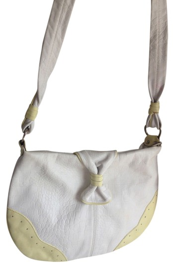 Preload https://img-static.tradesy.com/item/1489862/cream-croco-purse-vintage-shoulder-white-leather-cross-body-bag-0-0-540-540.jpg