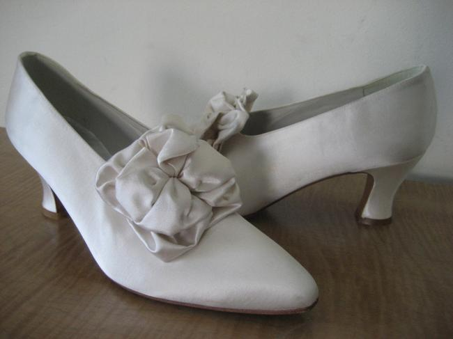 Item - Cream/Ivory Satin French Heel Rushed Bow Detail. Pumps Size US 8 Regular (M, B)