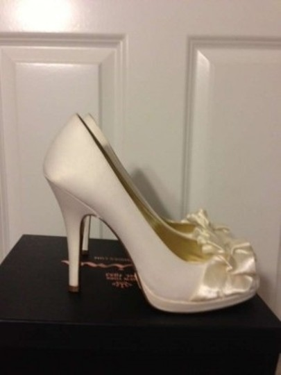 Preload https://item3.tradesy.com/images/nina-shoes-ivory-evelixa-pumps-size-us-95-149612-0-0.jpg?width=440&height=440