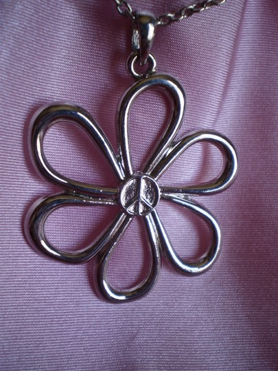 Unknown Like new peace flower necklace