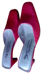 Newport News red Pumps