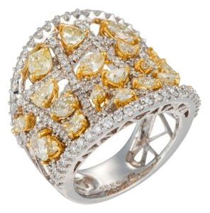 DIANA M. JEWELS Diamond ring with Fancy Yellow and White Diamonds.